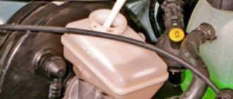 Замена тормозной жидкости Рено Логан 1.4 и 1.6 своими руками